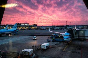 Schiphol en KLM bij zonsondergang van Eric van den Bandt