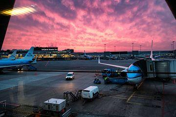 Schiphol en KLM bij zonsondergang van