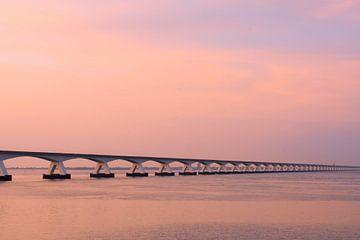 Pont de sable de mer au coucher du soleil sur Laura Loeve