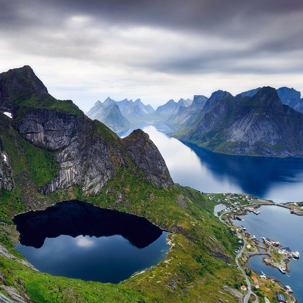 Uitzicht over Reine, Lofoten van Sven Broeckx