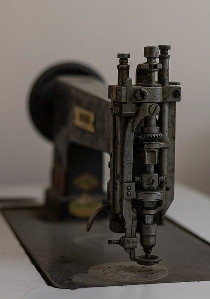 Oude naaimachine von Joost van Riel