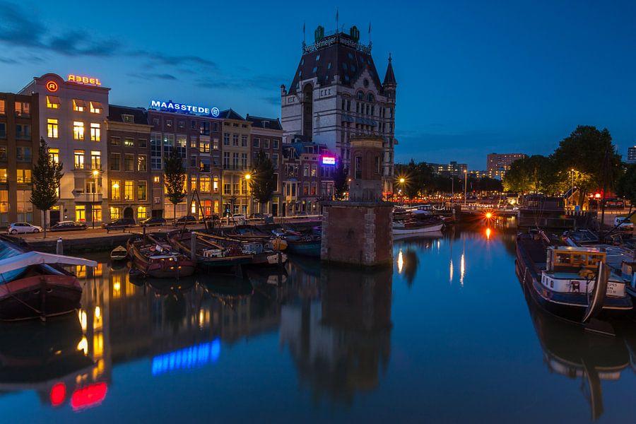 Witte huis in Rotterdam na zonsondergang