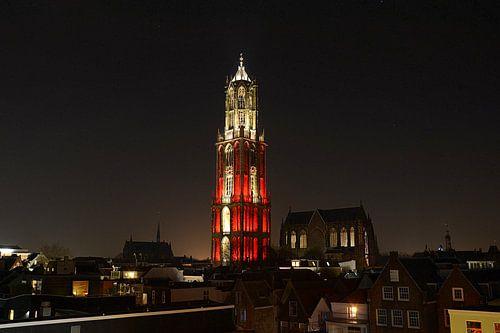 Skyline van Utrecht met rood-wit aangelichte Domtoren. von Margreet van Beusichem