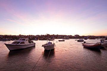 De haven van Alvor in Portugal bij zonsondergang van Nisangha Masselink