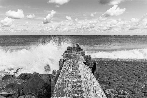 Houten golfbreker in een onstuimige zee, zwart wit van Patrick Verhoef