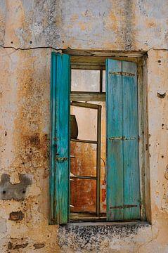 Oude blauwe luiken in verlaten huis op Kreta van Thea Oranje