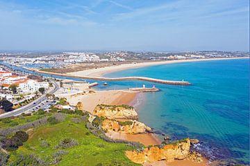 Luftaufnahme der Stadt Lagos an der Algarve Portugal von Nisangha Masselink