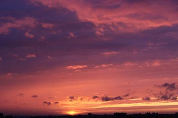 Schöner violetter Sonnenuntergang von Scarlett van Kakerken