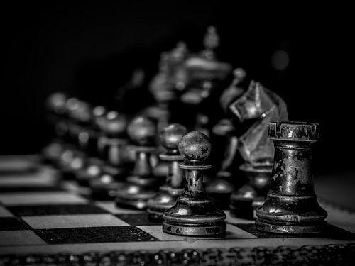 Oude schaakstukken op schaakbord