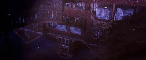 Reflectie huis in water van