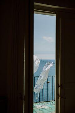 Doorkijk balkon deur middellandse zee Italie van sonja koning