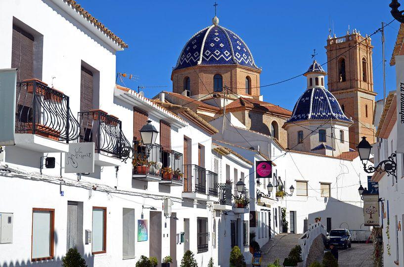 Straat in de binnenstad van Oud Altea met uitzicht op de kathedraal van Gert Bunt