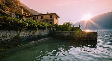 Opkomst van de zon aan het Gardameer van Erik Borst