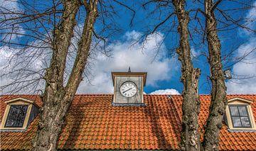 Dak en klok van het gerestaureerde Veenhuizen in Drenthe sur Harrie Muis