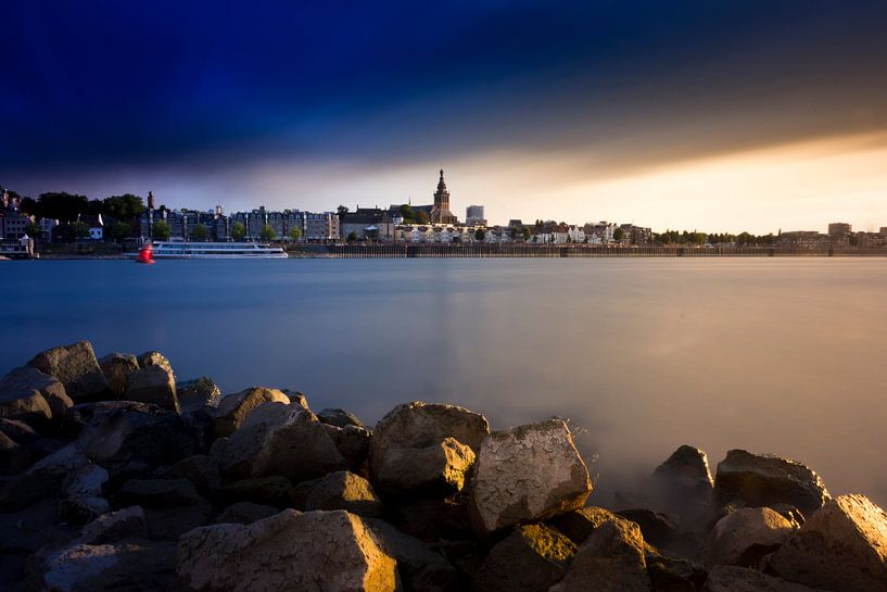 Donkere lucht boven Nijmegen van Martijn van den Enk