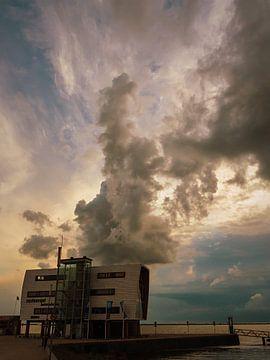 Havenhuis met wolkenpluim in de late avond sur Anneriek de Jong