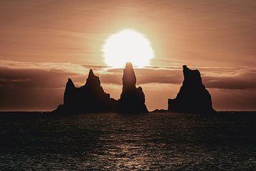 Felsen im Meer bei Sonnenuntergang in Island von Sophia Eerden