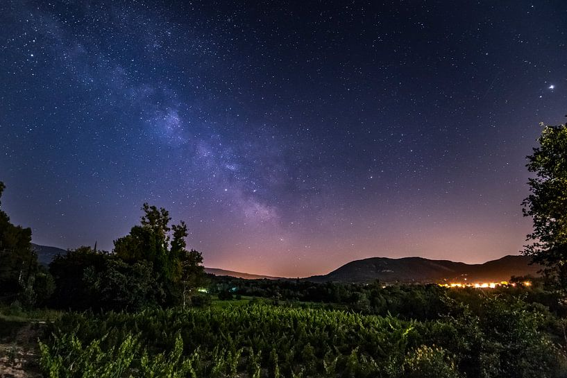 Melkweg en sterrenhemel boven de Provence von Rob IJsselstein