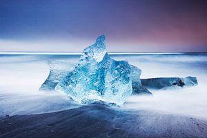 IJsblok op strand bij Jokulsarlon van Robert Meerding