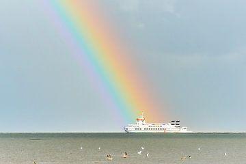 Veerboot naar Schiermonnikoog met regenboog. van Johan Kalthof