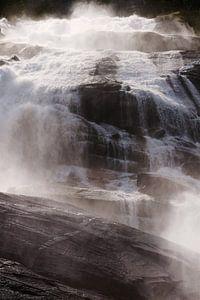 Ein von der Sonne beleuchteter Wasserfall in Norwegen von Kaat Zoetekouw