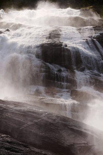 Une chute d'eau en Norvège illuminée par le soleil sur Kaat Zoetekouw