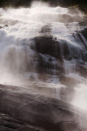 Een waterval in Noorwegen verlicht door de zon