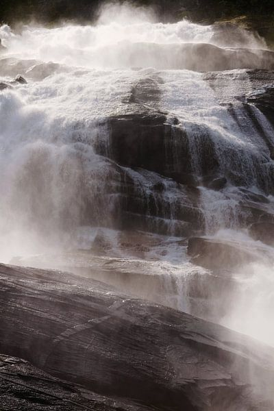 Een waterval in Noorwegen verlicht door de zon van Kaat Zoetekouw