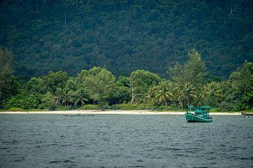 Bateau au large de la côte de Phu Quoc, Vietnam sur Nico  Calandra