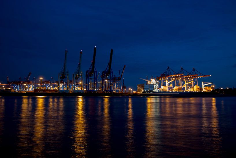 Container harbour in Hamburg by night van Ruth Klapproth
