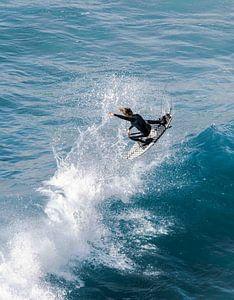 Pro Surfer die hoog uit een golf vliegt van massimo pardini
