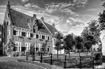 Havik en Nieuweweg in historisch Amersfoort zwart-wit sur Watze D. de Haan