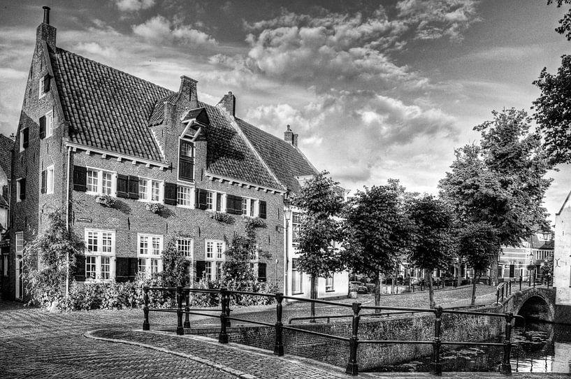 Havik en Nieuweweg in historisch Amersfoort zwart-wit van Watze D. de Haan