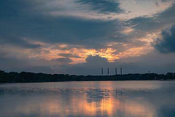 Schoorstenen in de zonsondergang