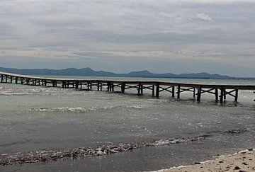 Houten pier in de Middellandse Zee van Audrey Nijhof
