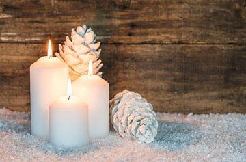 Drie witte Kerstmis kaarsen decoratie op sneeuw van Alex Winter