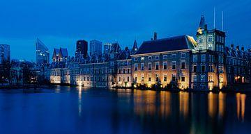 Die Figur des Haager Gerichts in der abendlichen blauen Stunde von Marjolein van Middelkoop