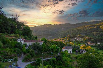 Klassische Villa in gebirgiger Landschaft von Eddie Meijer