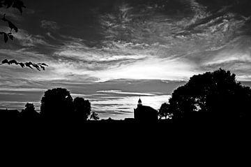 Silhouet van kerkje tijdens zonsondergang in zwart wit von Marcel Rommens