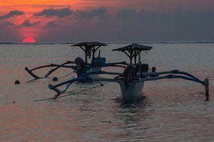 Traditionele Balinese boten (Jukung) bij zonsondergang van