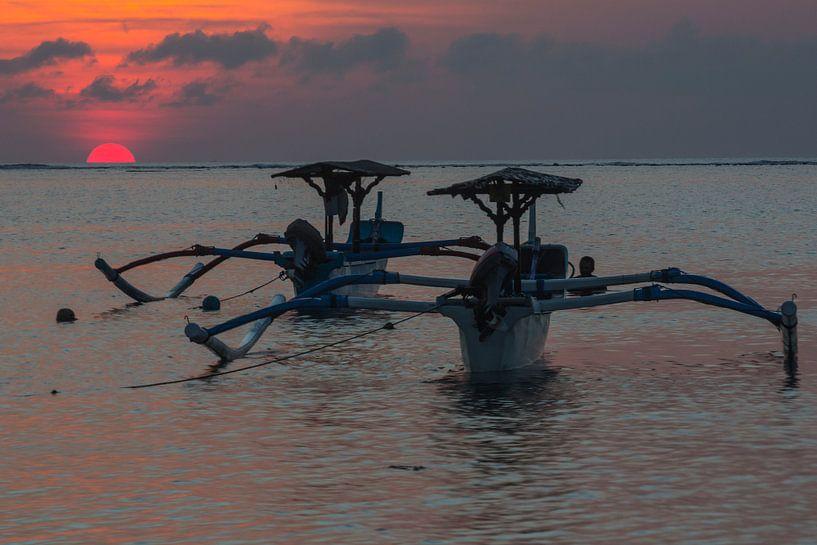 Traditionele Balinese boten (Jukung) bij zonsondergang van Willem Vernes
