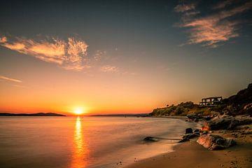 Sonnenuntergang an der Küste Grichenlands mit strand und Steinen von Fotos by Jan Wehnert