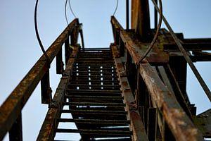 Trap aan een oude verroeste brug
