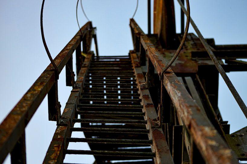 Trap aan een oude verroeste brug van Ken Huysmans