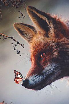 Vos met vlinder op zijn neus in het bos van Hendrik Jonkman