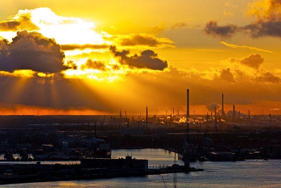Wolkenstralen boven haven Rotterdam van Anton de Zeeuw