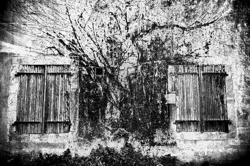 Oude muur met luikjes van Jacqueline Lemmens