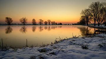 Vlak voor de zonsopkomst aan de Maas bij Grave van Jan Hoekstra