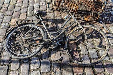 Un vélo rouillé et sale récupéré dans un plan d'eau sur MPfoto71