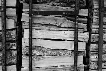 Houtstapel in Duitsland, zwart-wit von Lisa Groothuis